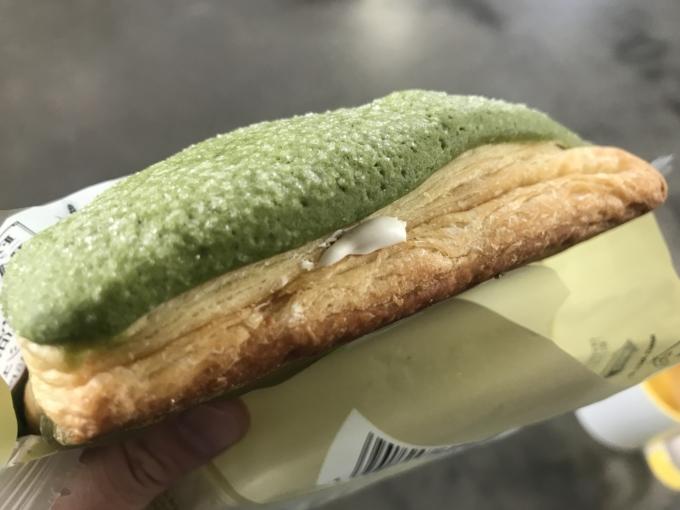 【実食レビュー】ファミマ「抹茶のホイップデニッシュメロンパン」の味や値段は?1