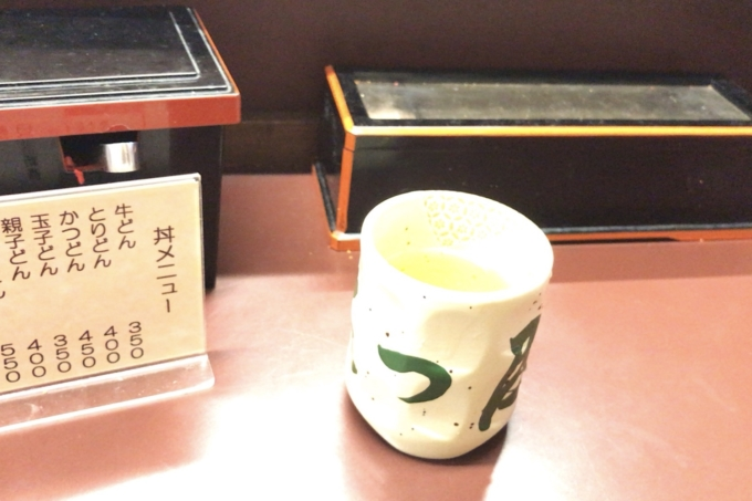 「【新宿 たつ屋】牛丼とカツ丼が合体!?「かつ牛丼」が安いうまいで超おすすめ!」のお茶